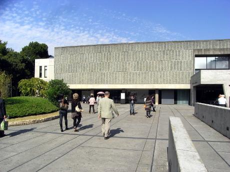 秋空のもと賑う上野公園 – 美術館・博物館