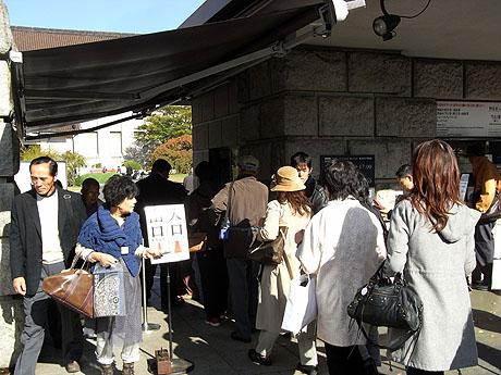 東京国立博物館の出入口にも入館の列
